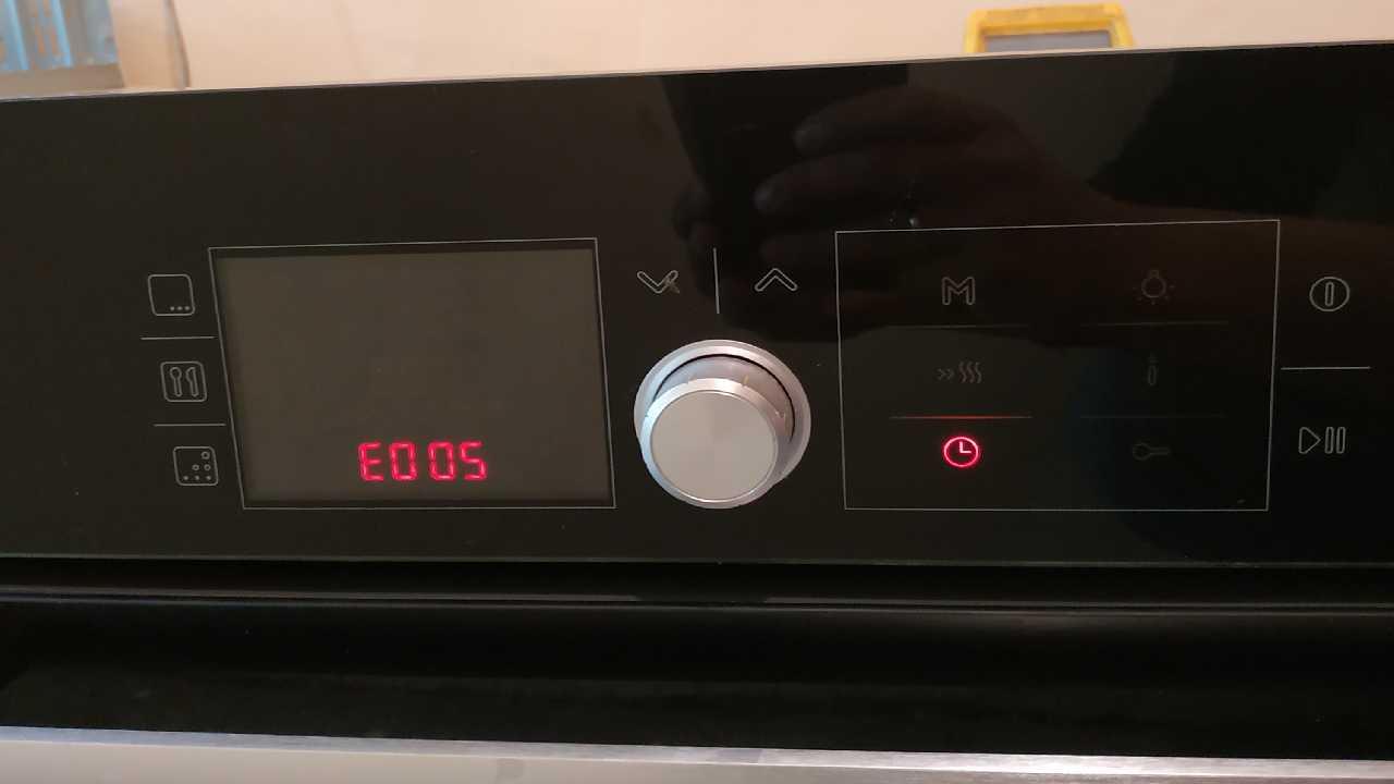 Духовой шкаф Bosch HBG36T660, выдает ошибку Е005